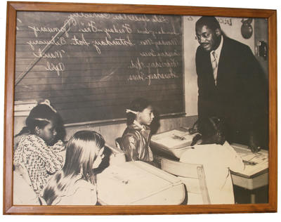 Dr. Foster visits a classroom in Oakl和 (circa 1972). (PHOTO COURTESY OF MFEI)